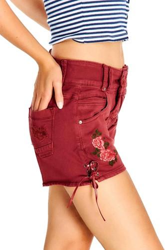 Trachten Jeans Kort Wijnrood voor dames (model zijkant)